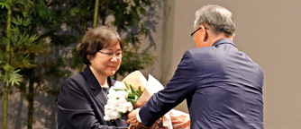Prof. Sookyung Choi receiving the Ho-Am Prize in Science