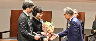 Prof. Jin Jang receiving the Ho-Am Prize in Engineering