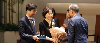 Prof. Nam-Gyu Park receiving the Ho-Am Prize in Engineering