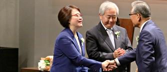 Raphael Clinic(Representative Director Curie Ahn & Chairman Jun Kim) receiving the Ho-Am Prize in Community Service