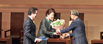 Dr. Myungshik Kim receiving The Ho-Am Prize in Science