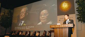 Dr. Larry W. Kwak, laureate in Medicine, delivering acceptance remarks