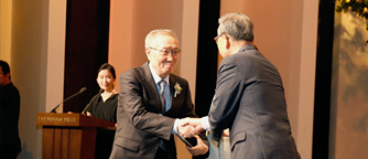 Poet Tong-gyu Hwang receiving The Ho-Am Prize in The Arts
