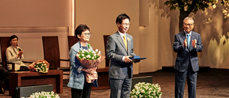 Co-Directors Hyun Soo Kim and Soon Sil Cho receiving The Ho-Am Prize in Community Service